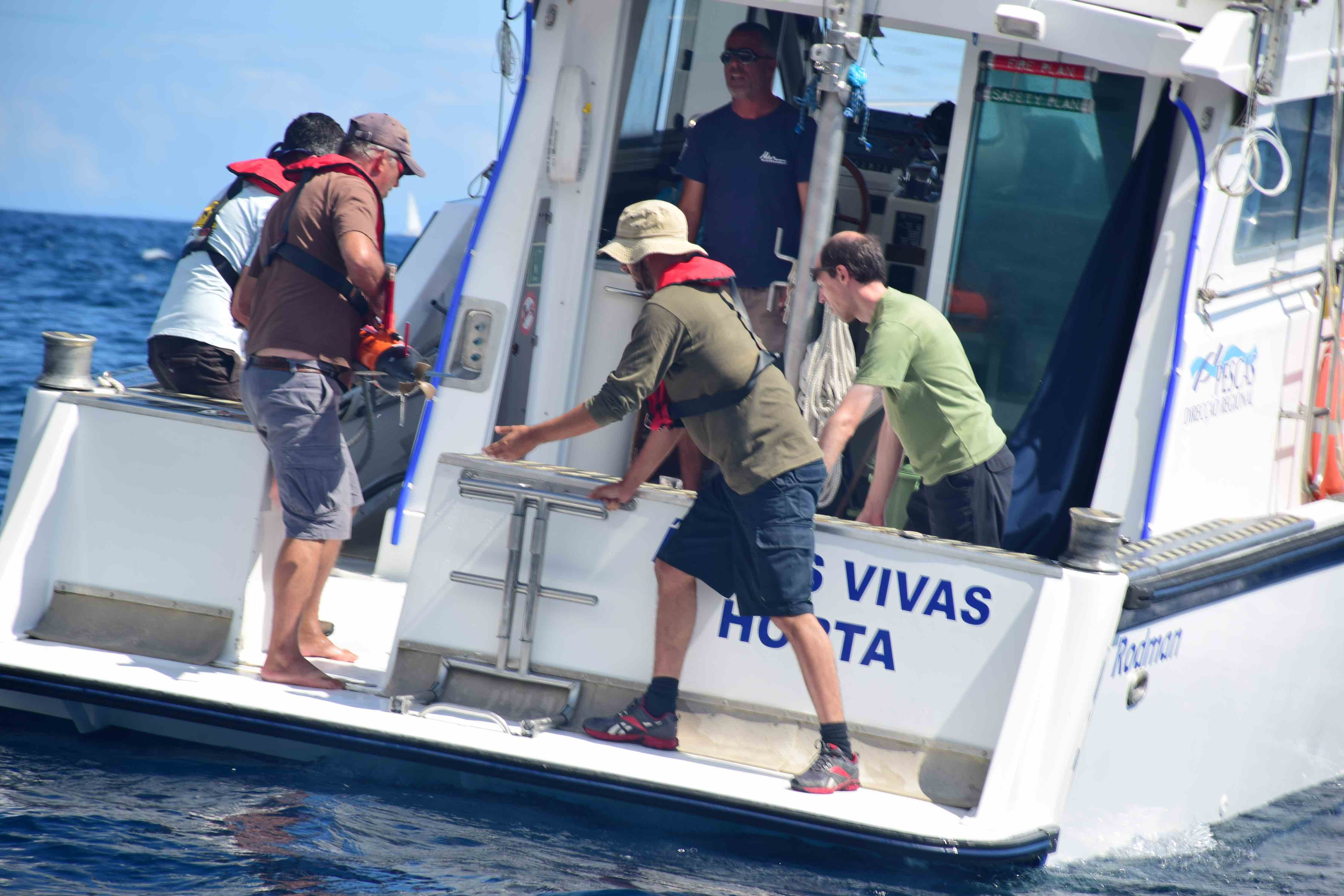 Start of mission on the DOP vessel Águas Vivas with João Pereira and Paulo Dias from FEUP off the southern coast of Pico and aided by DOP personnel.
